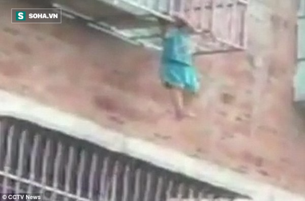 Ở nhà một mình, bé trai suýt rơi xuống từ chuồng cọp chung cư - Ảnh 2.