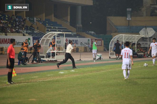 Cái thụp người lạ thường của thuyền trưởng U19 Việt Nam - Ảnh 2.