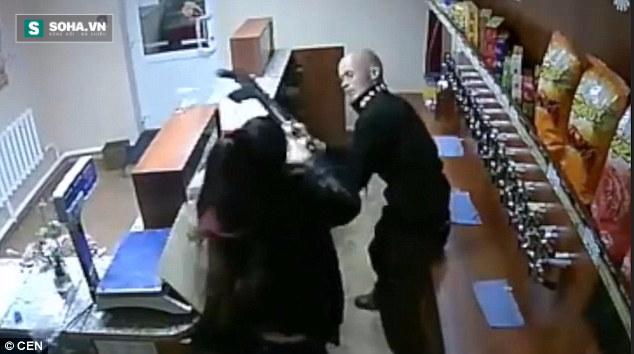 Côn đồ vác cả súng AK-47 đi cướp cửa hàng tạp hóa nhưng hỡi ôi… - Ảnh 3.
