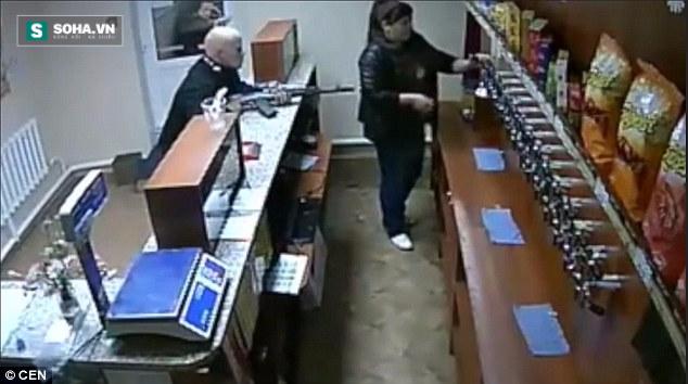 Côn đồ vác cả súng AK-47 đi cướp cửa hàng tạp hóa nhưng hỡi ôi… - Ảnh 2.