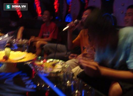 Hát karaoke không có tiền thanh toán, dùng bạn gái để gán nợ  - Ảnh 1.