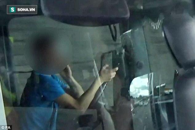 Tài xế xe tải to gan thách thức tử thần trên đường cao tốc - Ảnh 2.
