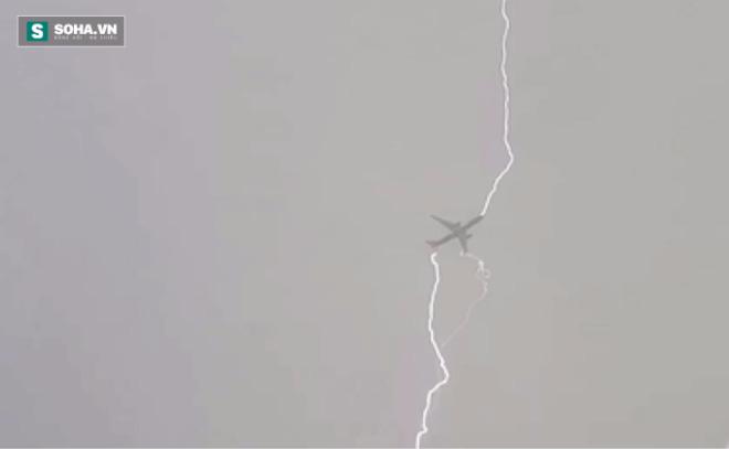 Thót tim chứng kiến cảnh máy bay bị sét đánh giữa bầu trời - Ảnh 2.