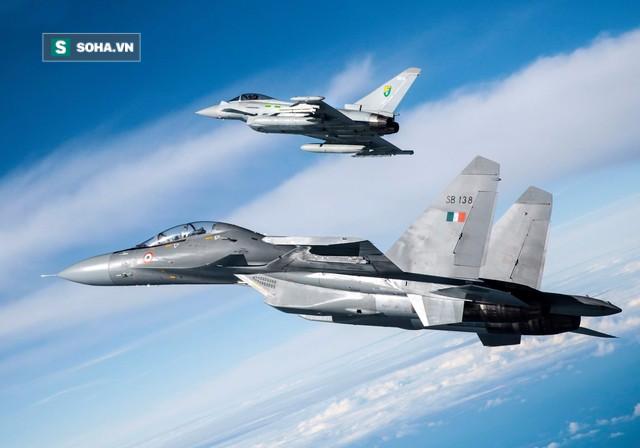 Tiêm kích EF-2000 Typhoon tập hậu, thọc sườn để Su-30 rảnh tay diệt hạm! - Ảnh 1.