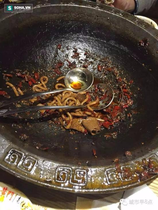 Lẩu ăn còn chưa xong, thực khách thất sắc phát hiện lưỡi đen sì - Ảnh 1.