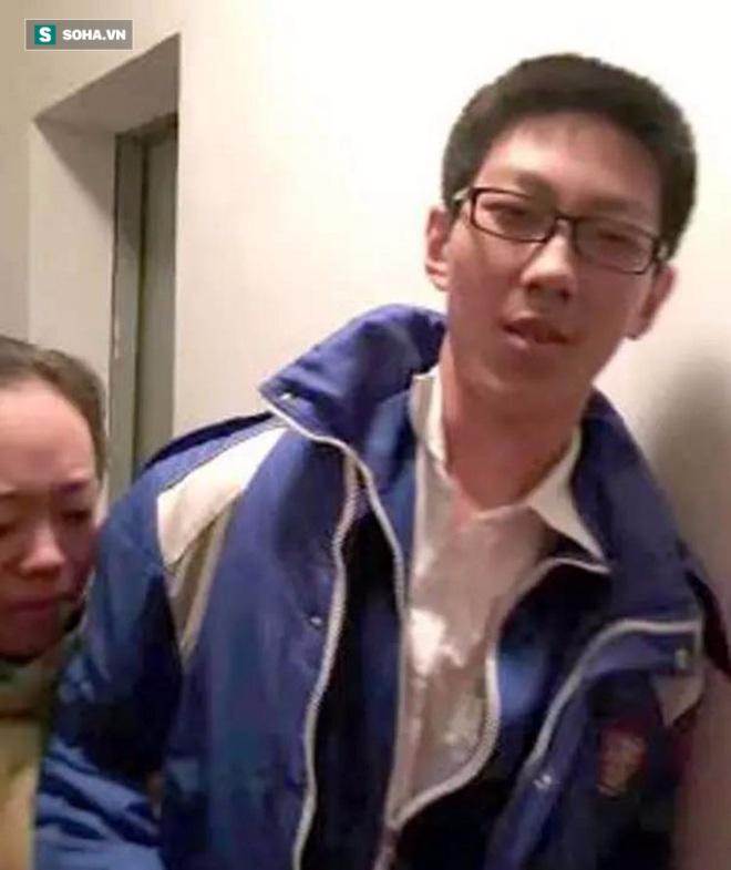 Kẹt trong thang máy 5 tiếng, cậu học trò vẫn bình tĩnh học bài - Ảnh 2.