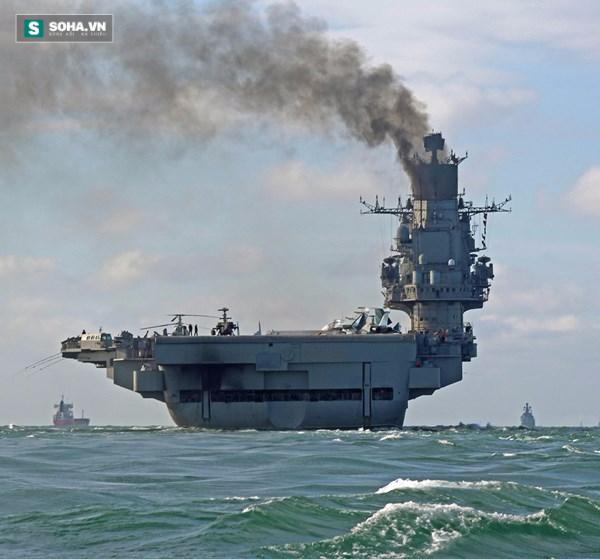 Vì sao tàu sân bay Nga nhả khói đen mù mịt? - Ảnh 2.