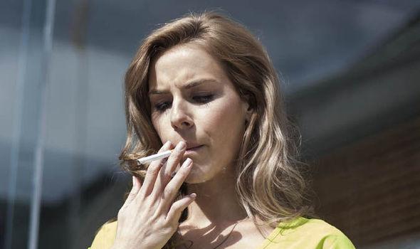 Người phụ nữ 51 tuổi bị mù do hút thuốc lá - Ảnh 3.