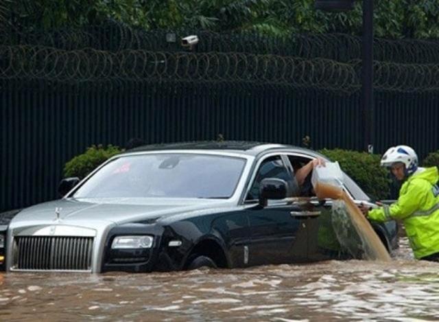 15 hình ảnh chìm trong biển nước sau mưa lớn ở TP HCM và Hà Nội - Ảnh 14.