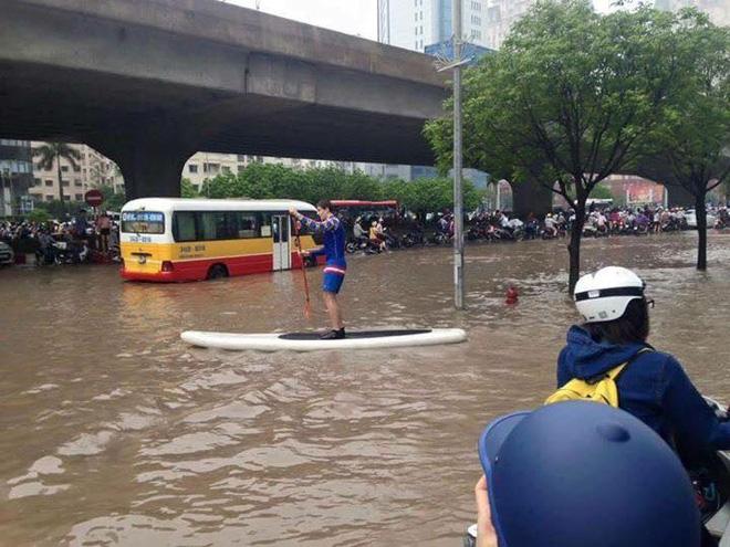 15 hình ảnh chìm trong biển nước sau mưa lớn ở TP HCM và Hà Nội - Ảnh 13.