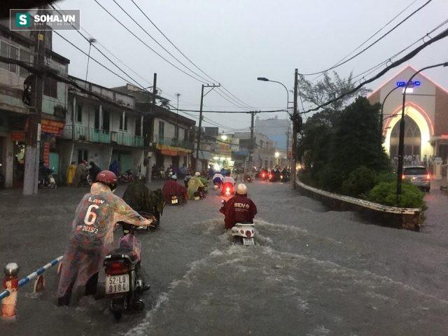 [ẢNH] Triều cường dâng cao, Sài Gòn biến thành biển nước - Ảnh 3.