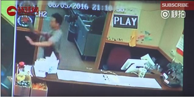 Tên cướp có vũ trang sốc trước màn phản công của bà chủ cửa hàng - Ảnh 3.