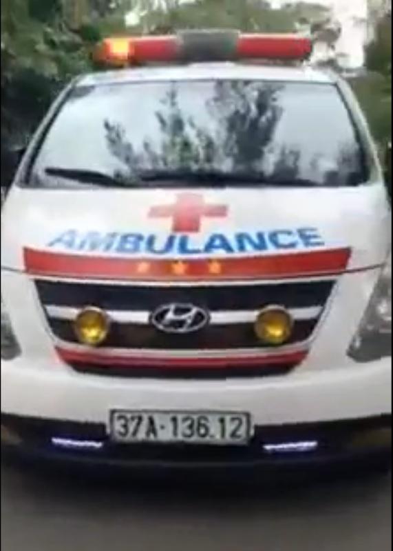 Xuất hiện thêm clip ghi lại việc chặn xe cứu thương gây phẫn nộ - Ảnh 2.