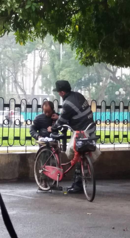 Cái rùng mình của ông cụ nhặt rác và hành động đẹp từ chiến sĩ Cảnh sát - Ảnh 2.