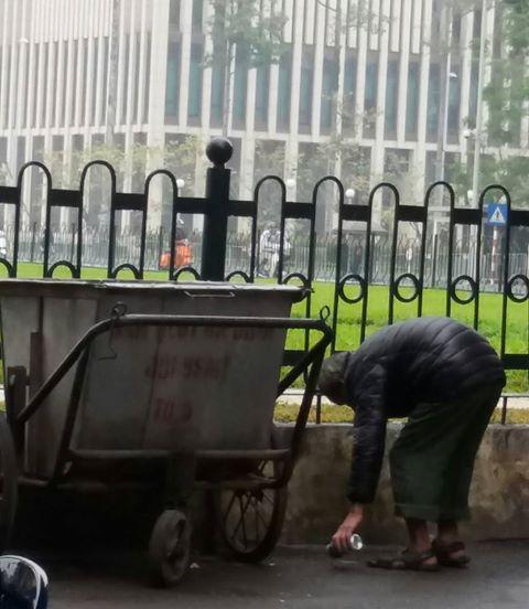 Cái rùng mình của ông cụ nhặt rác và hành động đẹp từ chiến sĩ Cảnh sát - Ảnh 4.