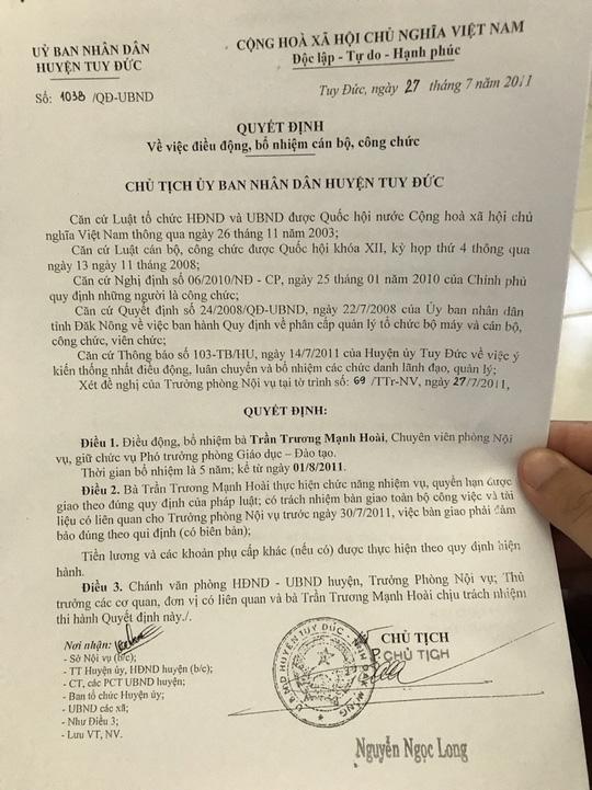 Về quê chịu tang mẹ, Trưởng phòng Giáo dục bất ngờ mất chức vào tay con gái Bí thư huyện - Ảnh 1.