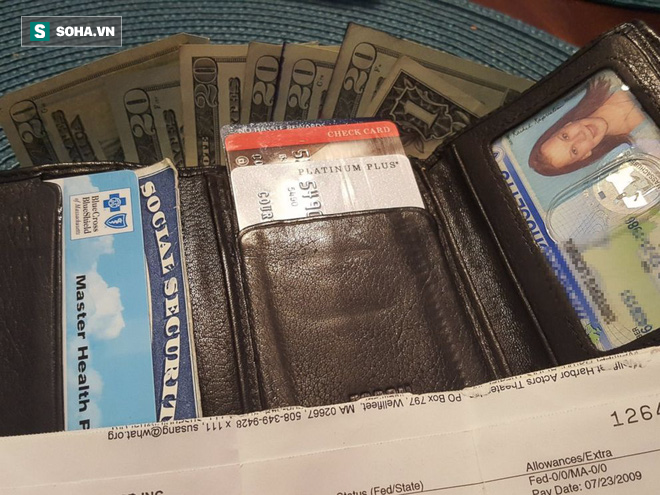 Tìm được ví đã mất sau 8 năm, cô gái không tin vào mắt mình khi thấy những thứ bên trong - Ảnh 1.