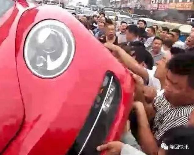 Ô tô bị người qua đường hò nhau lật tung giữa phố, nguyên nhân khiến nhiều người bức xúc - Ảnh 4.