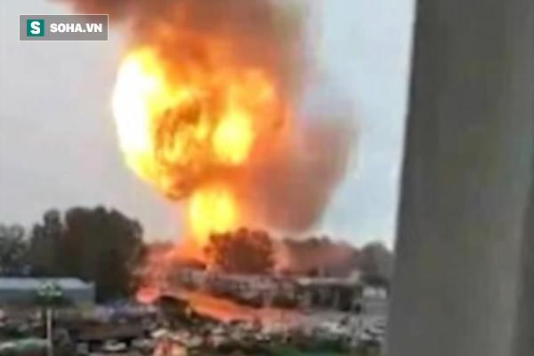 Video: Xe bồn chở nhiên liệu phát nổ tan tành làm trạm xăng bùng cháy dữ dội - Ảnh 2.