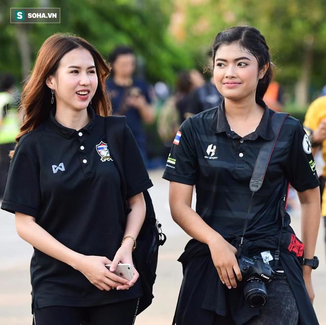 Sao trẻ Thái Lan cưa đổ nữ nhân viên liên đoàn xinh như mộng - Ảnh 2.