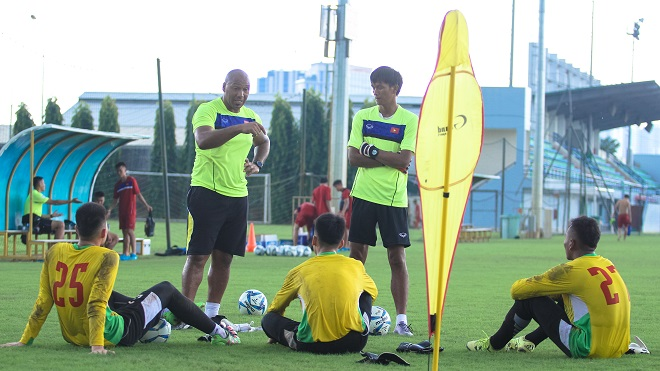HLV Arsenal có giỏi cũng khó đuổi được bóng ma trong khung thành Việt - Ảnh 1.