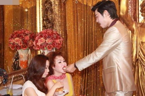 Giữa tin đồn chia tay, xem lại hình ảnh mặn nồng của Vũ Hoàng Việt với bạn gái tỷ phú U60 - Ảnh 2.
