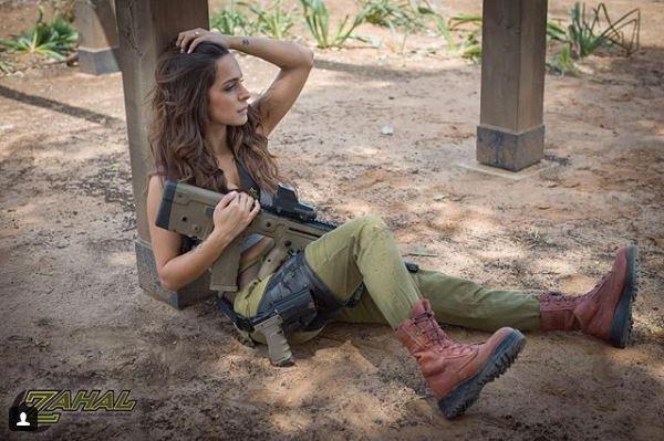 Vẻ sexy khó cưỡng bên cây súng của nữ binh sĩ Israel - Ảnh 10.