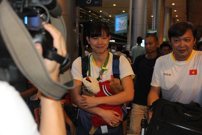 Lí do khiến Ánh Viên buồn khi đặt chân về đến sân bay Tân Sơn Nhất - Ảnh 1.