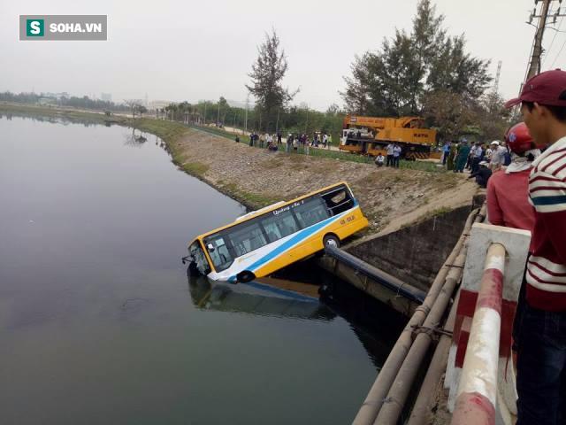 Đà Nẵng: Xe tải húc văng xe buýt rơi xuống sông - Ảnh 1.