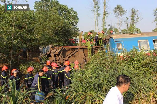 Hiện trường vụ tàu hỏa đâm ô tô tải, lật khỏi đường ray khiến 3 người thiệt mạng ở Huế - Ảnh 1.