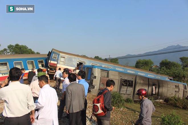 Hiện trường vụ tàu hỏa đâm ô tô tải, lật khỏi đường ray khiến 3 người thiệt mạng ở Huế - Ảnh 3.