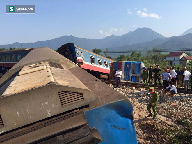Hiện trường vụ tàu hỏa đâm ô tô tải, lật khỏi đường ray khiến 3 người thiệt mạng ở Huế - Ảnh 4.