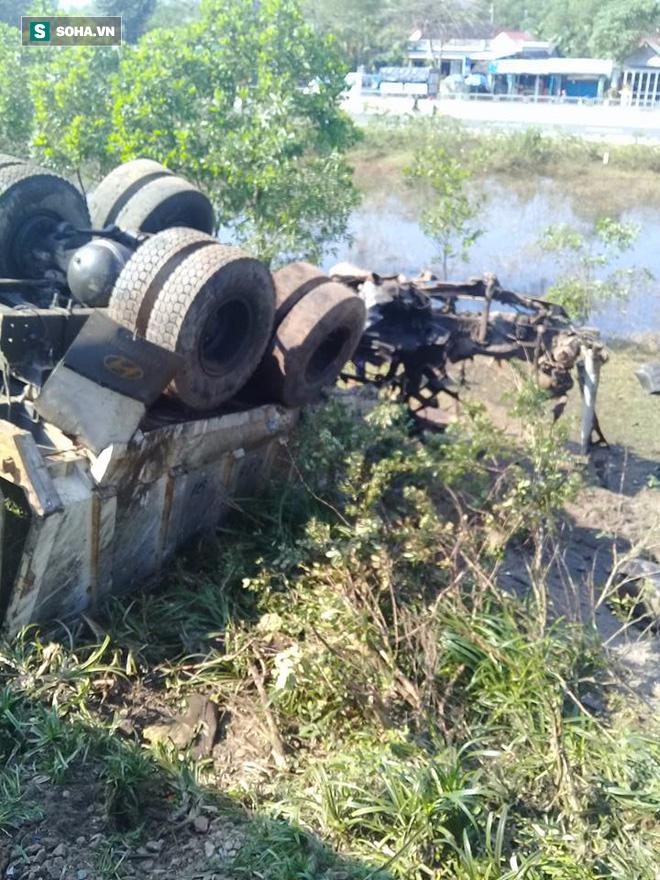 Hiện trường vụ tàu hỏa đâm ô tô tải, lật khỏi đường ray khiến 3 người thiệt mạng ở Huế - Ảnh 5.
