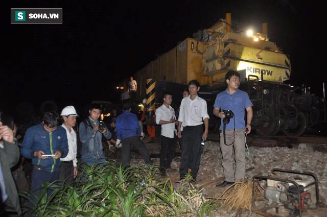 Hàng trăm người thức trắng đêm thông tuyến đường sắt sau tai nạn - Ảnh 10.