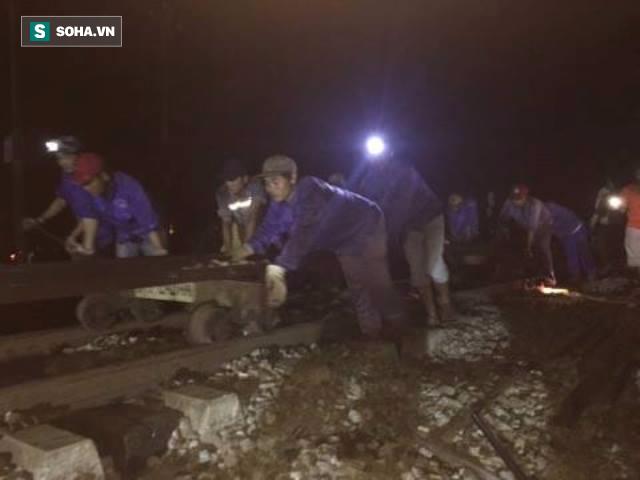 Hàng trăm người thức trắng đêm thông tuyến đường sắt sau tai nạn - Ảnh 3.