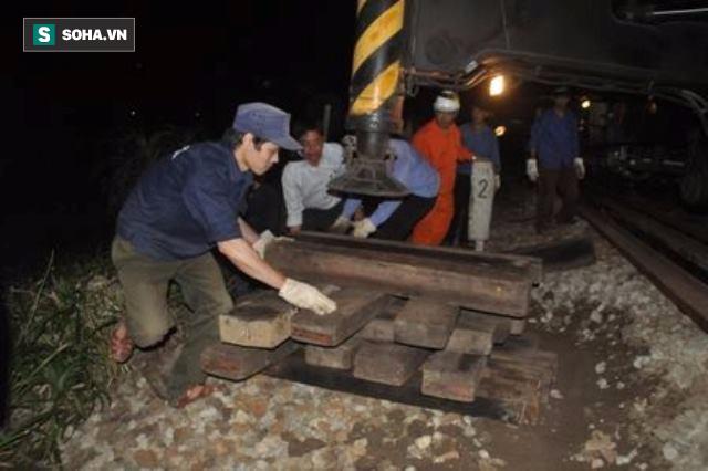 Hàng trăm người thức trắng đêm thông tuyến đường sắt sau tai nạn - Ảnh 2.