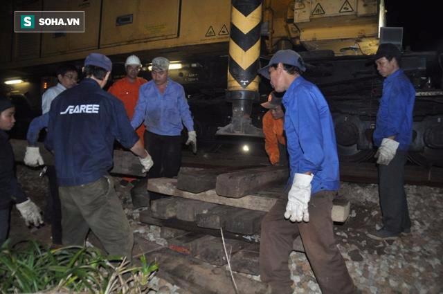 Hàng trăm người thức trắng đêm thông tuyến đường sắt sau tai nạn - Ảnh 4.