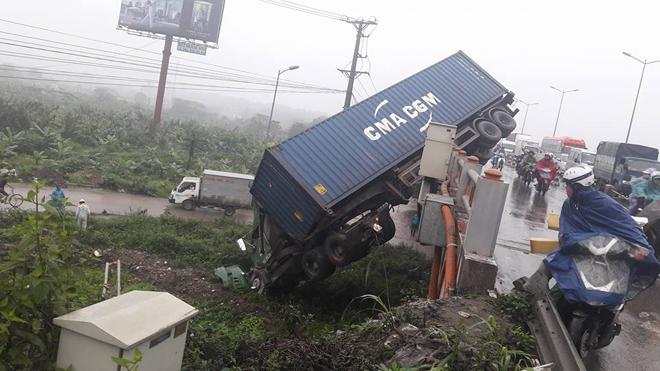 Tránh vụ va chạm giao thông, xe container lao qua thành cầu Thanh Trì đâm xuống đất - Ảnh 3.