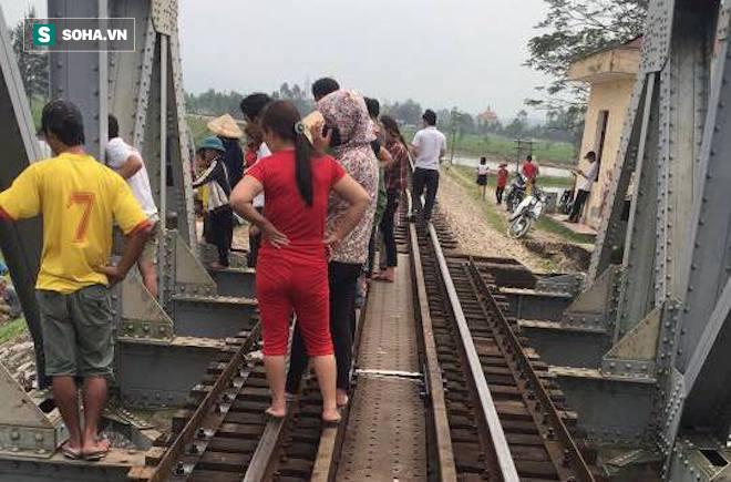 Lên đường ray chụp ảnh, nữ sinh lớp 10 bị tàu tông rơi xuống sông