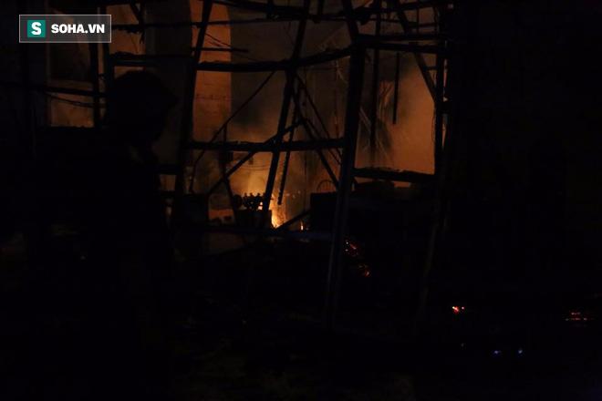 Hà Nội: Gara ô tô bốc lửa dữ dội, nguy cơ cháy lan sang chùa Phúc Khê - Ảnh 6.