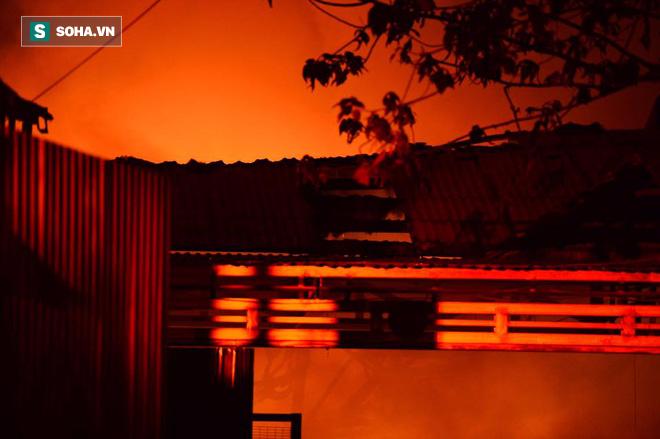 Hà Nội: Gara ô tô bốc lửa dữ dội, nguy cơ cháy lan sang chùa Phúc Khê - Ảnh 7.