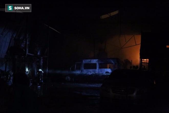 Hà Nội: Gara ô tô bốc lửa dữ dội, nguy cơ cháy lan sang chùa Phúc Khê - Ảnh 8.