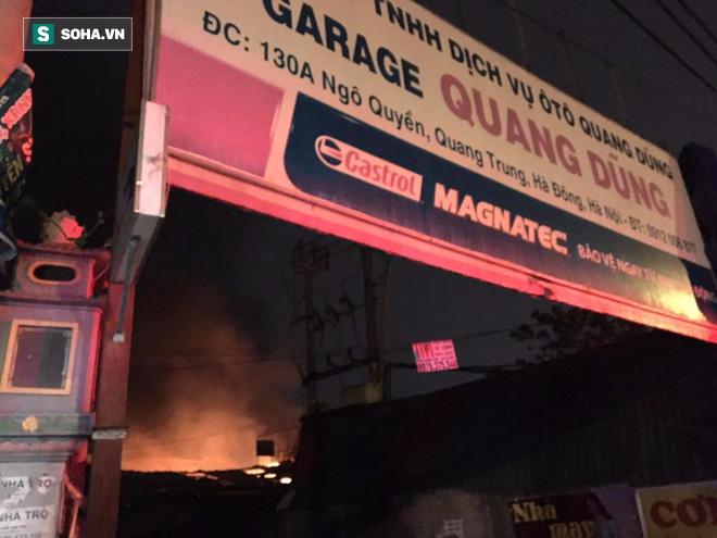 Hà Nội: Gara ô tô bốc lửa dữ dội, nguy cơ cháy lan sang chùa Phúc Khê - Ảnh 3.