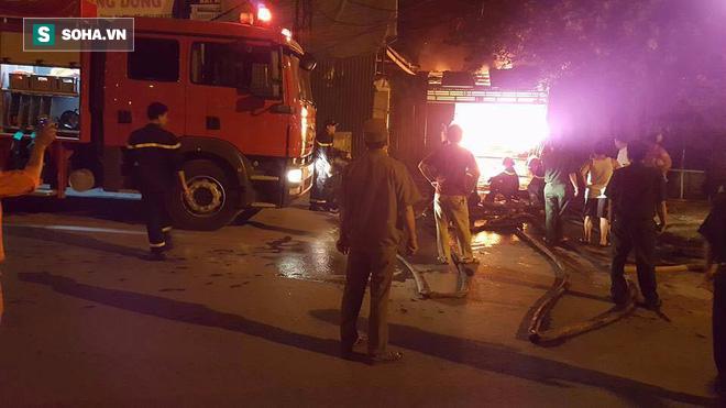 Hà Nội: Gara ô tô bốc lửa dữ dội, nguy cơ cháy lan sang chùa Phúc Khê - Ảnh 5.