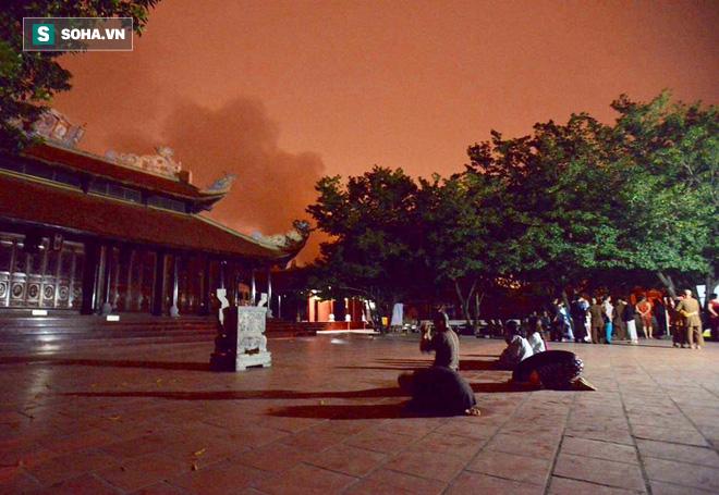 Hà Nội: Gara ô tô bốc lửa dữ dội, nguy cơ cháy lan sang chùa Phúc Khê - Ảnh 9.