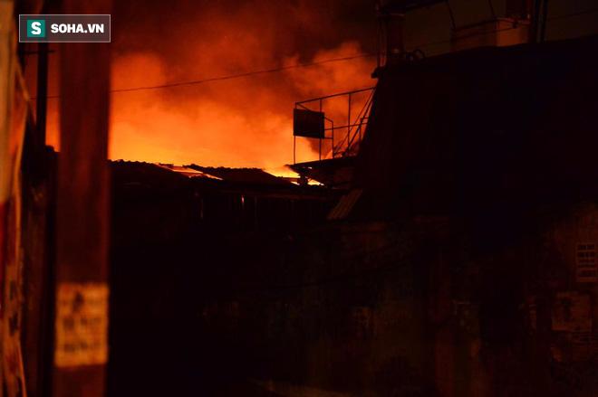 Hà Nội: Gara ô tô bốc lửa dữ dội, nguy cơ cháy lan sang chùa Phúc Khê - Ảnh 4.