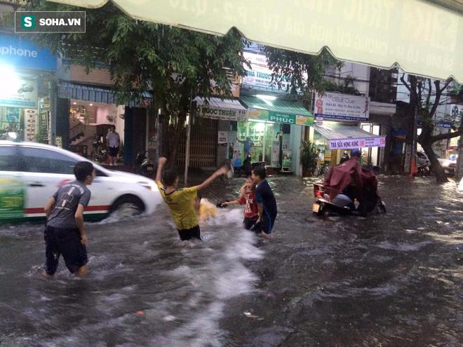 Cơn mưa lớn lại khiến đường phố Sài Gòn biến thành sông - Ảnh 4.