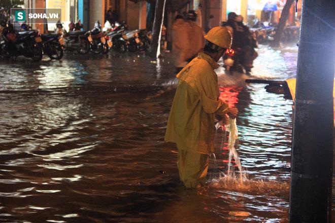 Cơn mưa lớn lại khiến đường phố Sài Gòn biến thành sông - Ảnh 8.