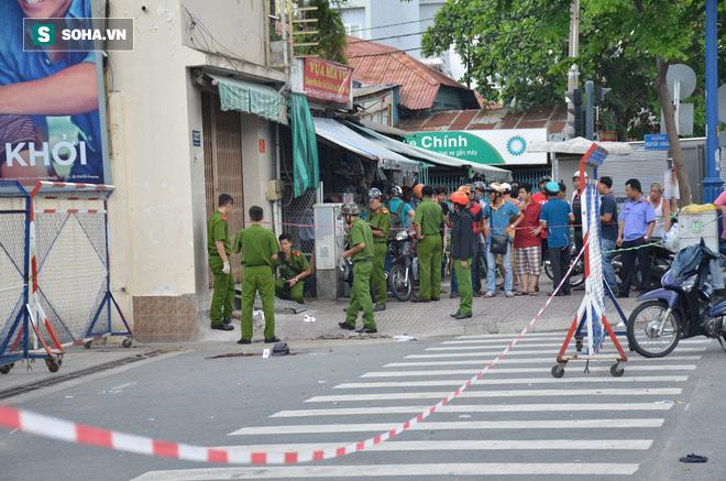 Truy đuổi, đâm chém nhau trên đường phố Sài Gòn, người dân hoảng sợ - Ảnh 1.