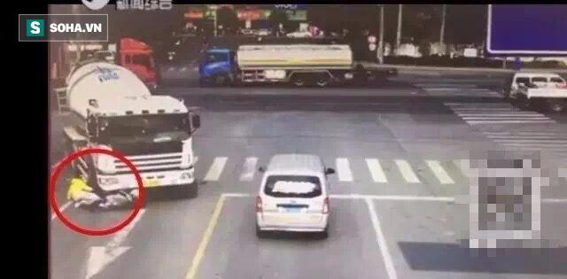 Đi xe máy sai làn đường, cả gia đình 3 người bị cuốn vào gầm xe bồn - Ảnh 1.